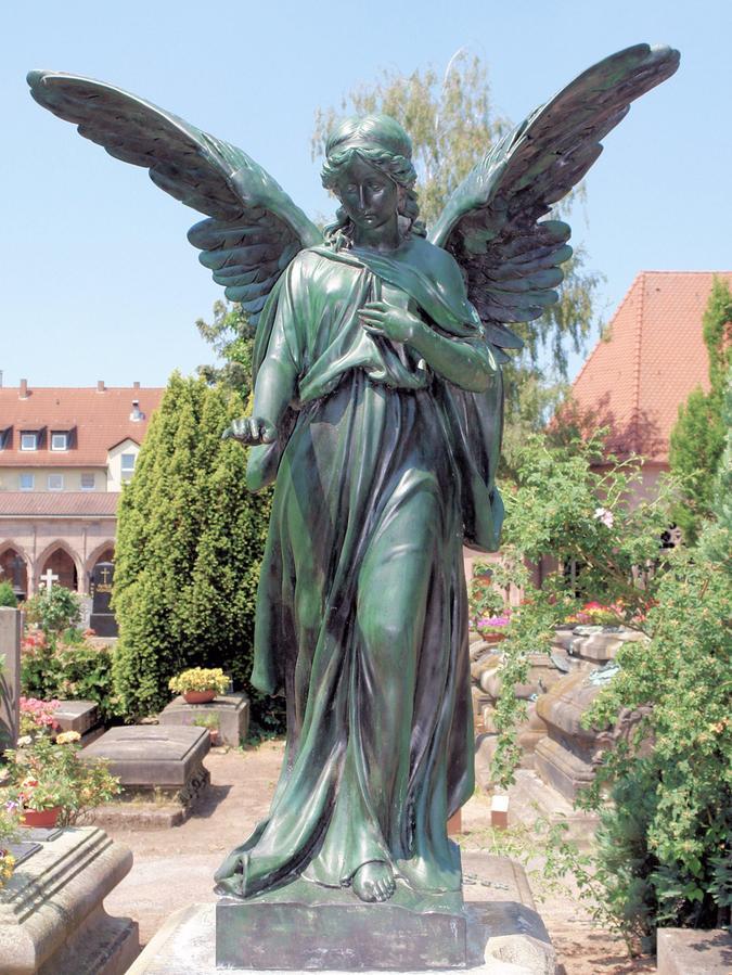 Ursprünglich im 10./11. Jahrhundert lediglich als Ortsfriedhof des Dörfchens Johannis vor der Stadtmauer angelegt, gilt der St. Johannisfriedhof heute als historisch und künstlerisch bedeutsam.