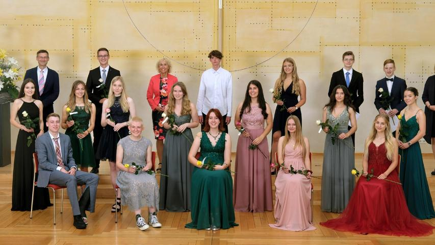 Wie alle anderen Abiturienten des Gunzenhäuser Simon-Marius-Gymnasiums erhielten auch die Mitglieder des Deutschkurses 2 Rosen vom Elternbeirat.