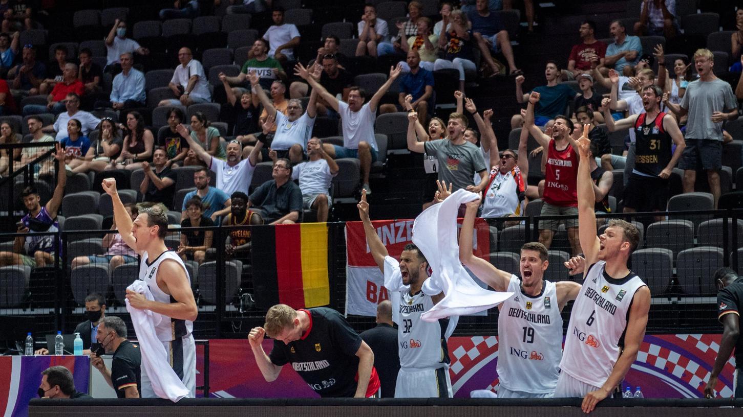 Da muss die Freude raus bei den langen Kerlen: Johannes Thiemann (Mitte/Nummer 32) und seine Mitspieler haben gerade das Ticket für das olympische Basketballturnier in Tokio gelöst.