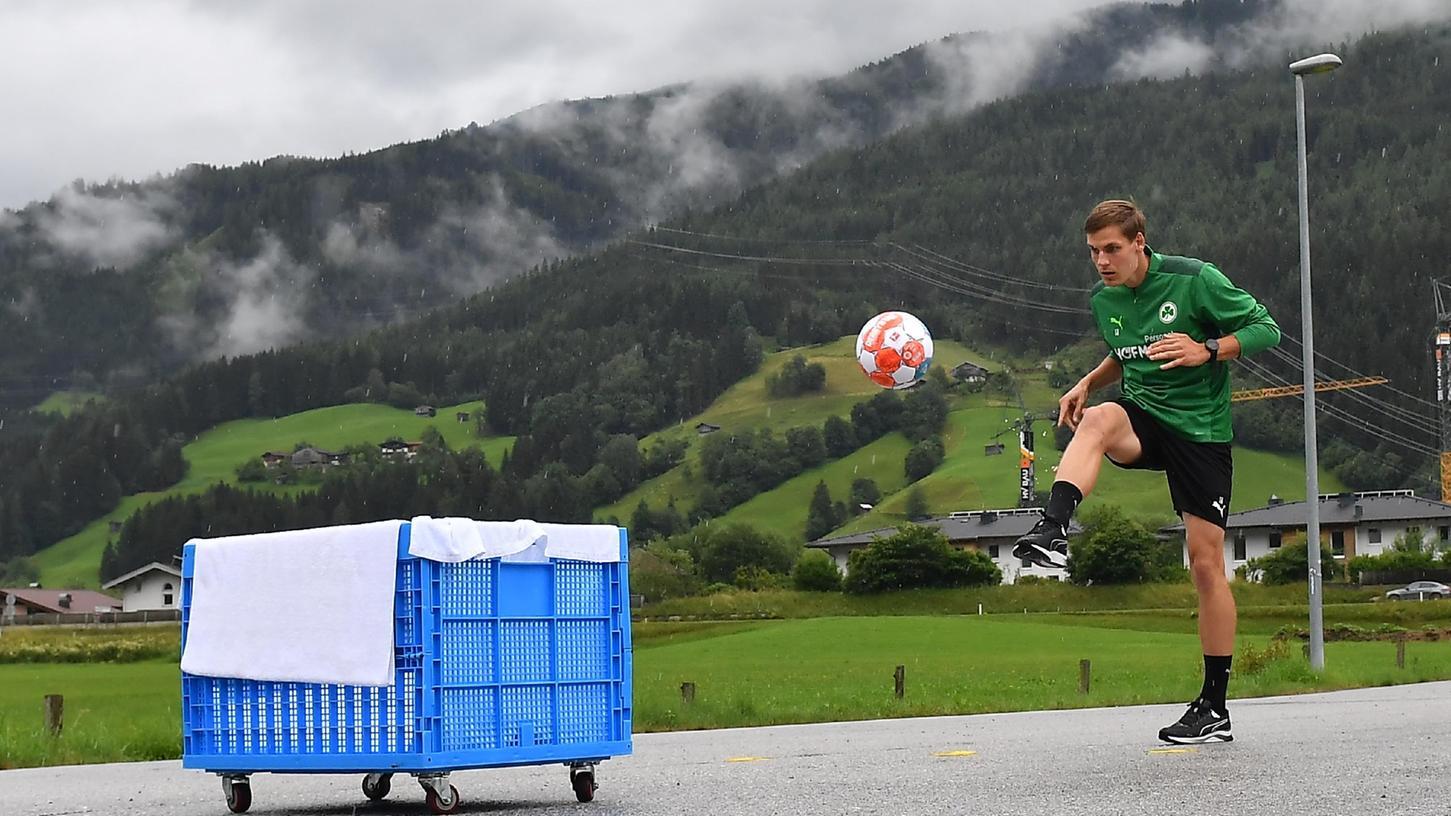 Kicken vor imposanter Bergkulisse: Max Christiansen beim improvisierten Technik-Parcours im Fürther Trainingslager.