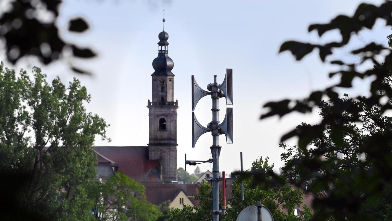 Moderne Sirenen heulen nicht mehr ohrenbetäubend durch die ganze Gemeinde bzw Stadt sondern beschallen gezielt die Stadt- oder Ortsteile. Deswegen ist es wichtig, den richtigen Standort für eine Sirene zu finden.