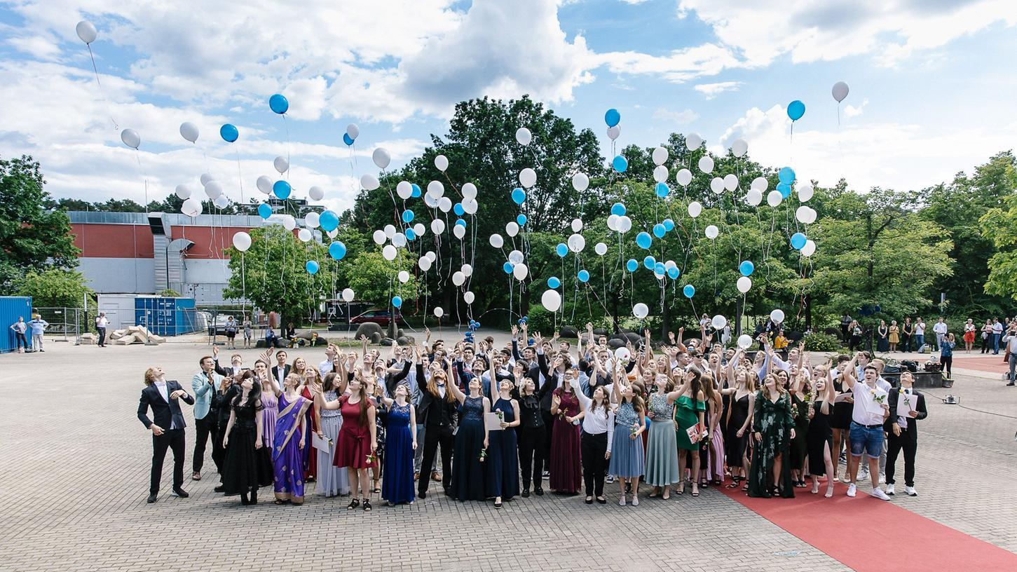 Mit bunten Luftballons verabschiedeten sich die Schüler des Emil-von-Behring-Gymnasiums im Pausenhof.