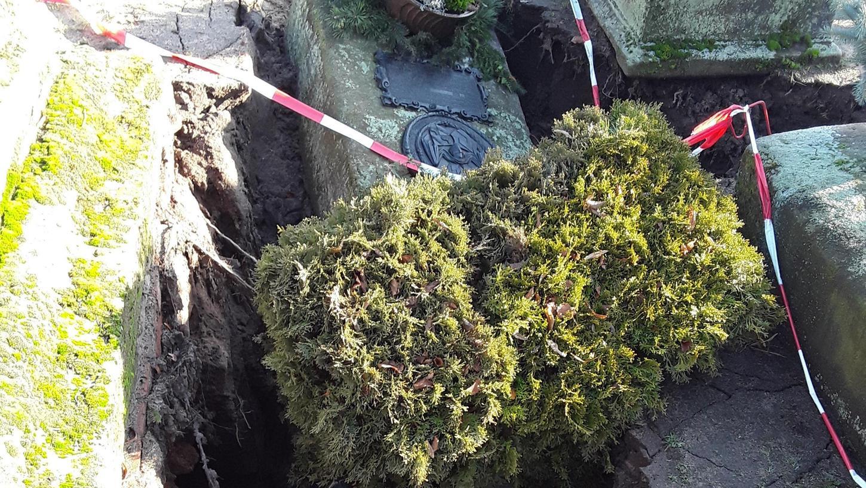 Auf dem St. Johannisfriedhof in Nürnberg gibt es neben Erdgräbern450 Gruftanlagen. Im Laufe der Jahrhunderte hinterlassen Witterungseinflüsse ihre Wirkung ebenso wie der Alterungszustand von Materialien im Erdreich.
