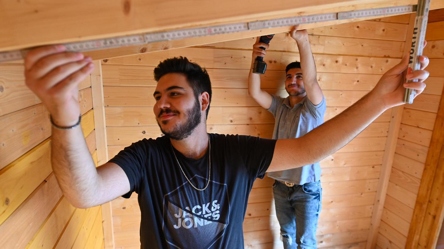 Shaher und Halil arbeiteten während der Praxiswoche an der Adalbert-Stifter-Schule unter anderem am Streitschlichterhäuschen. Lieber hätten sie jedoch ein Praktikum in einem Unternehmen gemacht.