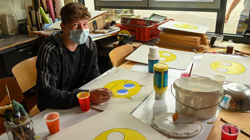 Max interessiert sich für Elektrik. In der Praktikumswoche probierte er sich beim Bemalen von Trennwänden für die jüngeren Schüler aber auch im künstlerischen Bereich aus.