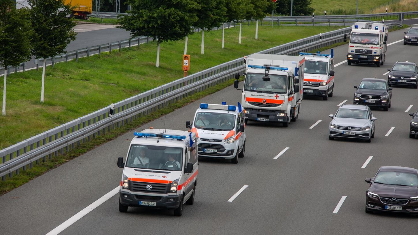 Erneut rollten zahlreiche Einsatzfahrzeuge des Bayerischen Roten Kreuzes in die Katastrophengebiete in Westdeutschland. Frische Kräfte lösen die BRL-Helfer vor Ort, die in den vergangenen Tagen quasi rund um die Uhr geschuftet hatten.