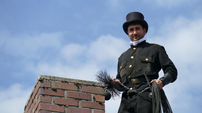 """Schlotfeger Thomas Klinner bewegt sich hoch auf den Dächern über Pegnitz und der Region: """"Der Kopf ist immer dabei."""" Manchmal findet er Bienen- oder Vogelnester in den Kaminen."""