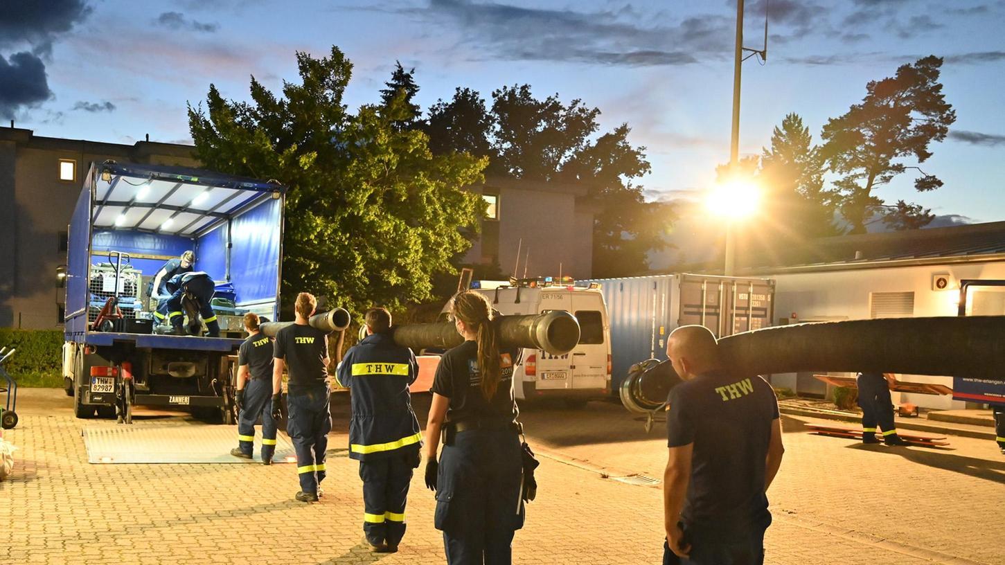 Am vergangenen Donnerstagabend kam der Einsatzbefehl für die Fachgruppe Wasserschaden/Pumpen des THW-Ortsverbands Erlangen. Inzwischen sind die zwölf Helfer der Einheit zurückgekehrt.
