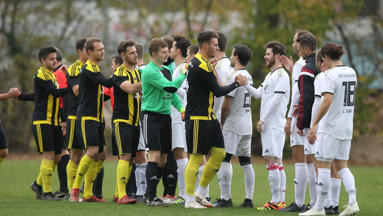 Einmal abklatschen bitte: Die Kreisliga-Fußballer, hier Victoria Erlangen gegen die aufgestiegenen Adelsdorfer, starten in die Saison.