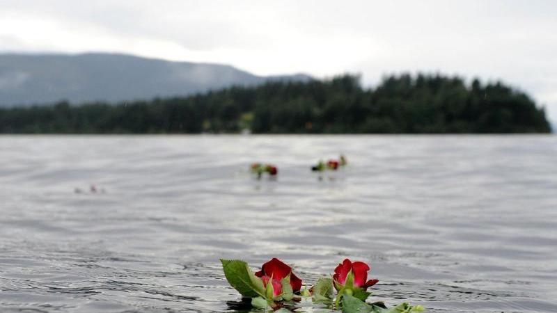 Eine Rose schwimmt im Gedenken an die Opfer des Anschlagsvor der Insel im Wasser.