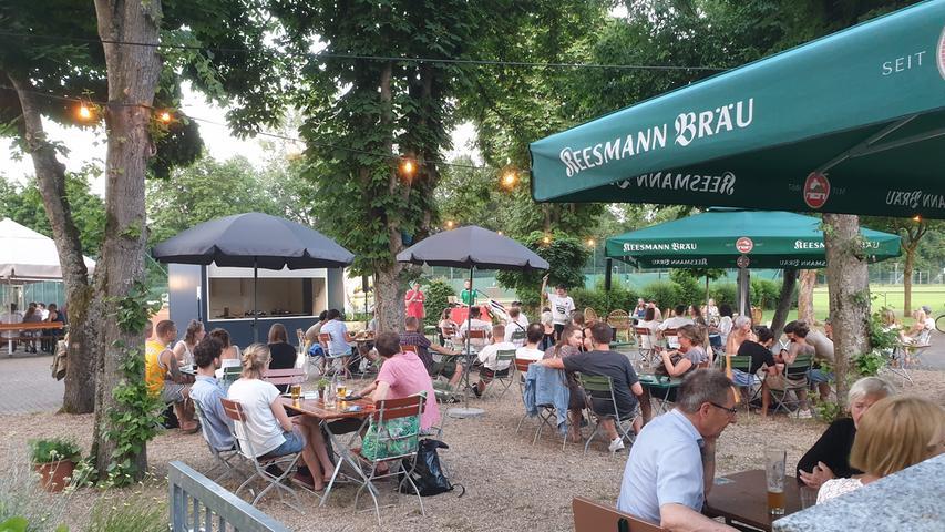 Biergarten mal anders gibt's im Vereinshain in Bamberg direkt am Tennisplatz des TSG 2005 Bamberg: Hier wartet in der Speisekarte ein bunter, exotischer Mix auf hungrige Gäste. Rote-Bete-Hummus, asiatischer Glasnudelsalat und persische Reisgerichte lassen in fremde Kulturen eintauchen, aber auch für die Liebhaber bayerischer Küche ist gesorgt. Geöffnet hat das Lokal von Mittwoch bis Samstag von 16.30 bis 23 Uhr und am Sonntag bereits ab11.30 Uhr.