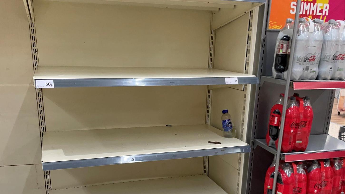 Leere Regale in einem Supermarkt in Liverpool. Die Corona Krise macht den Briten weiter zu schaffen.