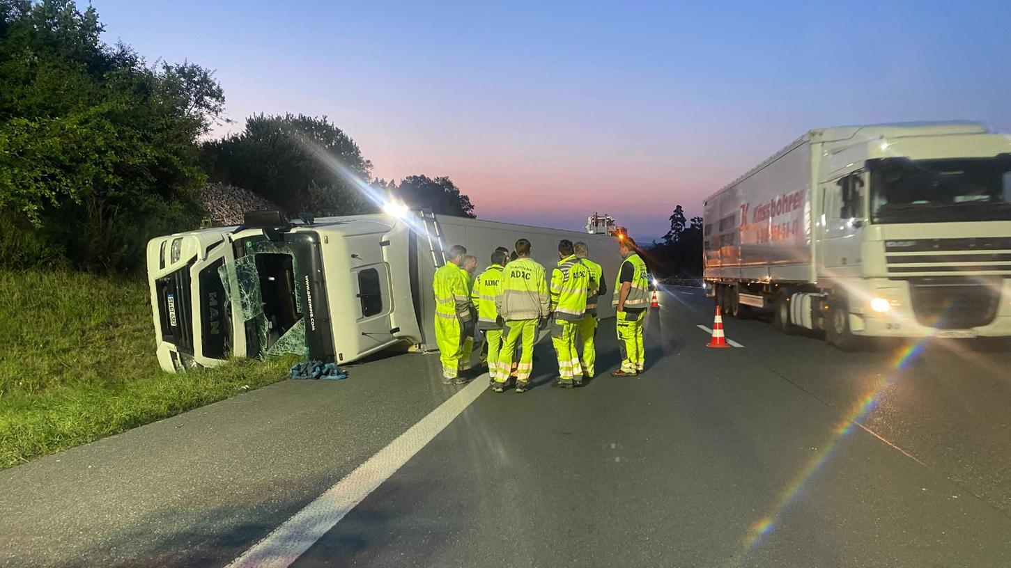 Ein umgestürzter Sattelzug sorgte auf der A9 zwischen Bayreuth-Süd und Trockau für erhebliche Verkehrsbehinderungen.