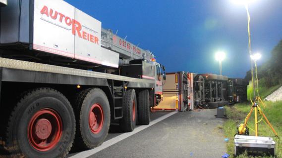 Zur Bergung des umgestürzten Trucks mussten gleich zwei Kräne angefordert werden.