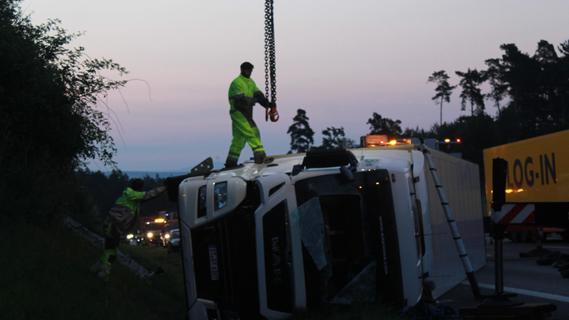Ersthelfer konnten den Fahrer aus seiner Kabine befreien.