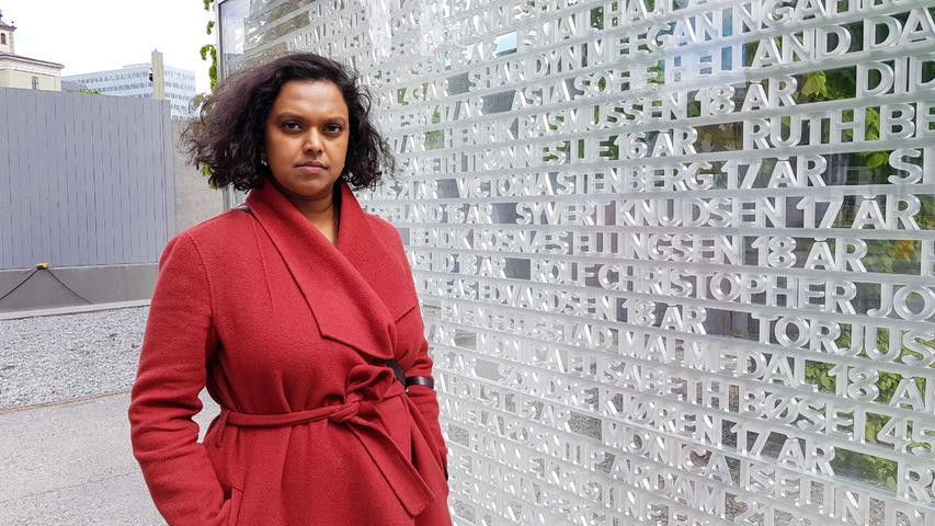 Auch die heutige zweite Bürgermeisterin von Oslo,Kamzy Gunaratnam, überlebte das Attentat. Hier steht sie neben einer Gedenktafel in der Hauptstadt