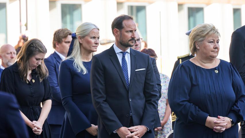 Auch Erna Solberg, Ministerpräsidentin von Norwegen (r.), wohnt der Gedenkfeier bei.