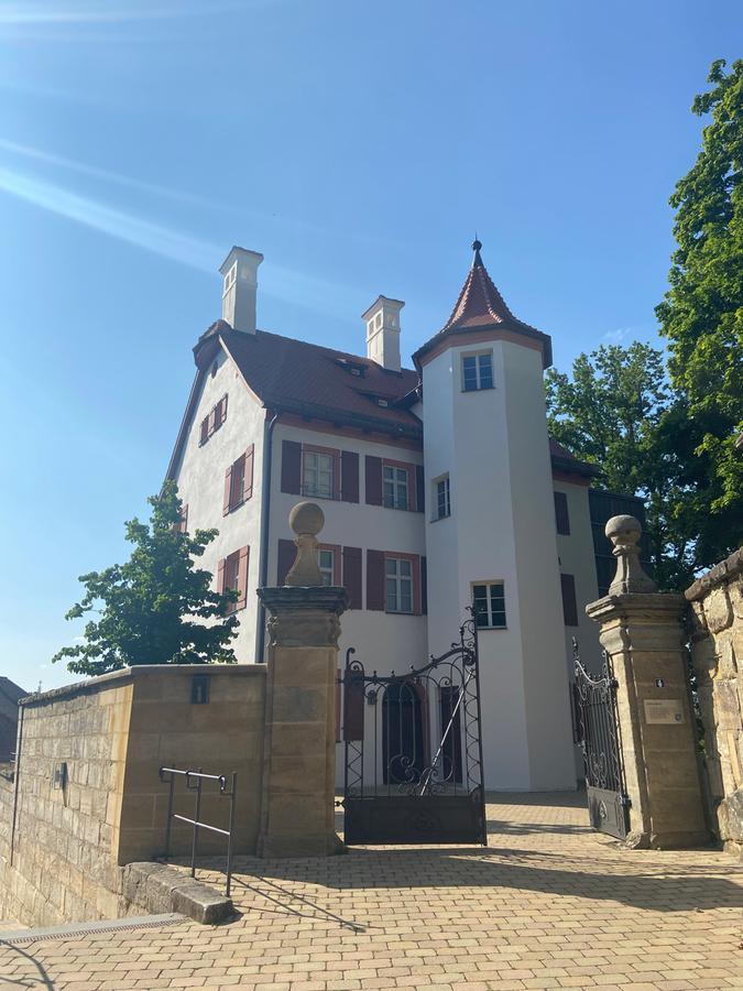 Das Weiße Schloss Heroldsberg vereint die Baustile des Mittelalters, der Barock-Zeit sowie der Moderne. Bis 2005 war es Sitz des Heroldsberger Rathauses, heutedient es der Gemeindeals Museum für Ortsgeschichte und Kunst sowie als Ausstellungs- und Veranstaltungsort.