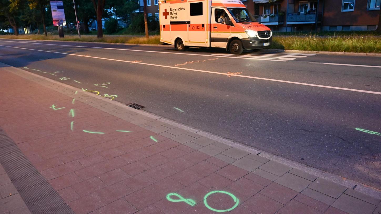 Die Markierungen der Spurensicherung deuten auf den schweren Unfall hin, der sich auf der Äußeren Brucker Straße am Mittwoch ereignete: Ein 20-Jähriger lief vor ein Auto.