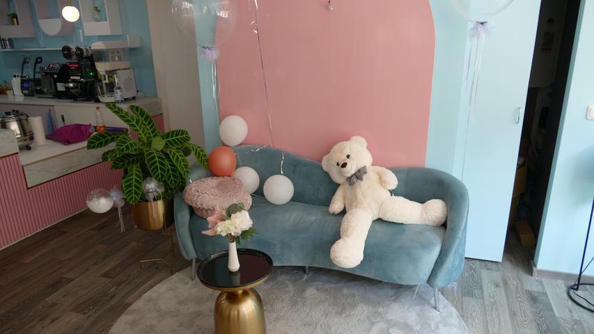 Das Geschäft in Pastellfarben gehalten, die hellblau/rosanen Wände und Möbel fallen sofort auf. Warum der Trend nach Bubble Tea gerade jetzt wieder zurückkehrt?