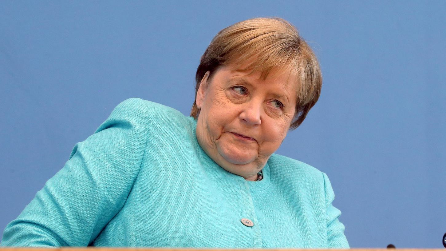 Die scheidende Bundeskanzlerin stellt sich traditionell zur Sommerpause den Fragen der Hauptstadtjournalisten.