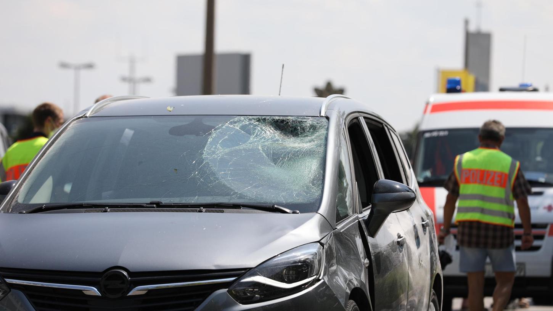 Durch den Aufprall wurde die Windschutzscheibe des Autos eingedrückt.