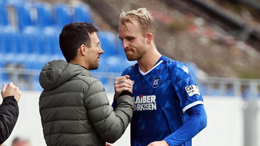 Apropos Relegation: Relegationsheld Fabian Schleusener kehrte im Sommer nach Karslruhe zurück. Dorthin, wo er sich einst mit 17 Toren in der Drittligasaison 2017/18 für höhere Aufgaben bewarb. Dorthin, wo in der vergangenen Saison die Auf-und-Ab-Mannschaft der zweiten Liga zuhause war: Drei Niederlagen in Serie, vier Siege in Folge, wieder drei Niederlagen, acht Partien ohne Niederlagen -ein 0:1 gegen den Mats Möller Daehli und den FCN-dann neun Partien ohne Sieg und zwei Erfolge zum Abschluss. In Summe erreichten die Fächerstädterden sechsten Platz, für die neue Saison setzt man sich den Klassenerhalt zum Ziel. Auch wegen den vermeintlich großen Mannschaften aus Hamburg, Schalke und Bremen, die neben dem Club und dem KSC übrigensdas Quintett der im Unterhaus vertretenen Gründungsmitglieder der Bundesliga komplettieren. Auch, weil sich die Personaldecke in der Defensive als recht dünn präsentiert: Drei Innenverteidiger verließen den Wildpark, drei Spieler für jene bedeutende Position sind noch im Kader.