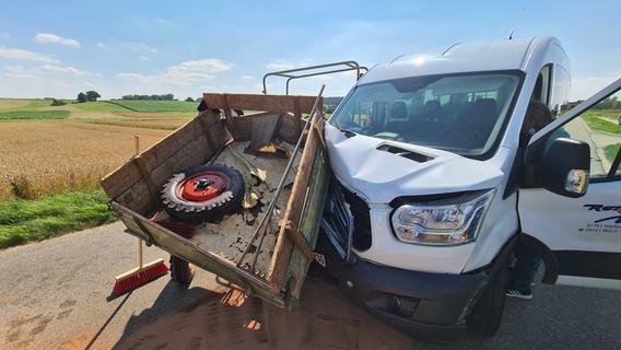 Traktorfahrer wird aus seinem Sitz geschleudert