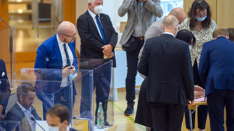 Hans-Thomas Tillschneider (links) im Landtag von Sachsen-Anhalt. Der AfD-Abgeordnete darf trotz Beobachtung durch den Verfassungsschutz weiter an der Uni Bayreuth lehren.