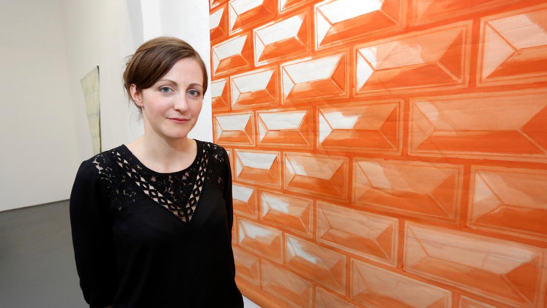 Die Bildende Künstlerin Jasmin Schmidt vor einer ihrer Arbeiten.