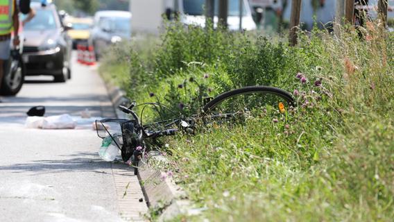 Das Fahrrad blieb nach dem Zusammenstoß auf dem Grünstreifen in der Mitte der Fahrbahn liegen.