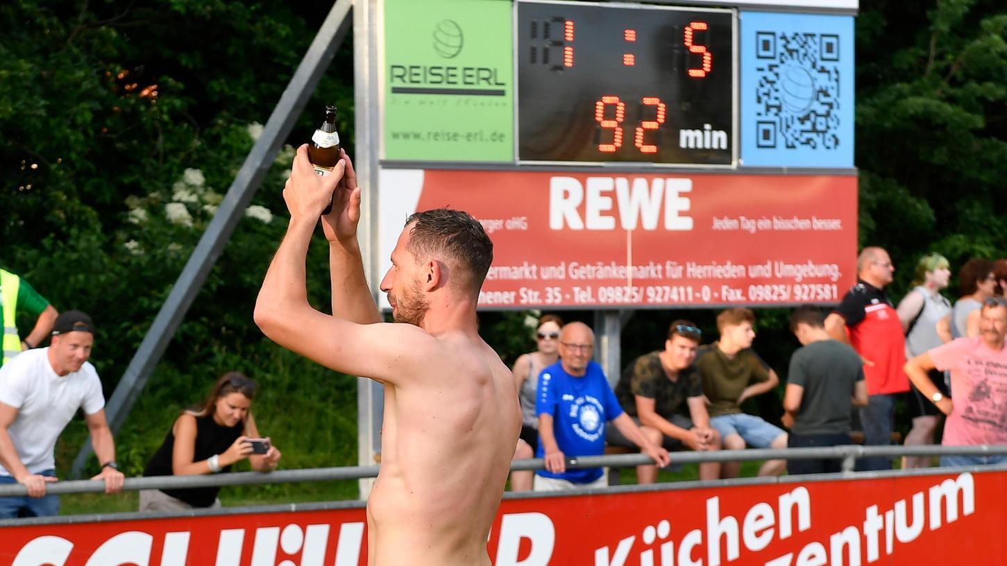 Im Sommer 2019 erlebt Dietmar Kusnyarik den emotionalsten Moment beim SV Raitersaich. Der Spielertrainer führt die Mannschaft in die Bezirksliga nach einem 5:1-Sieg gegen den SV Mosbach.