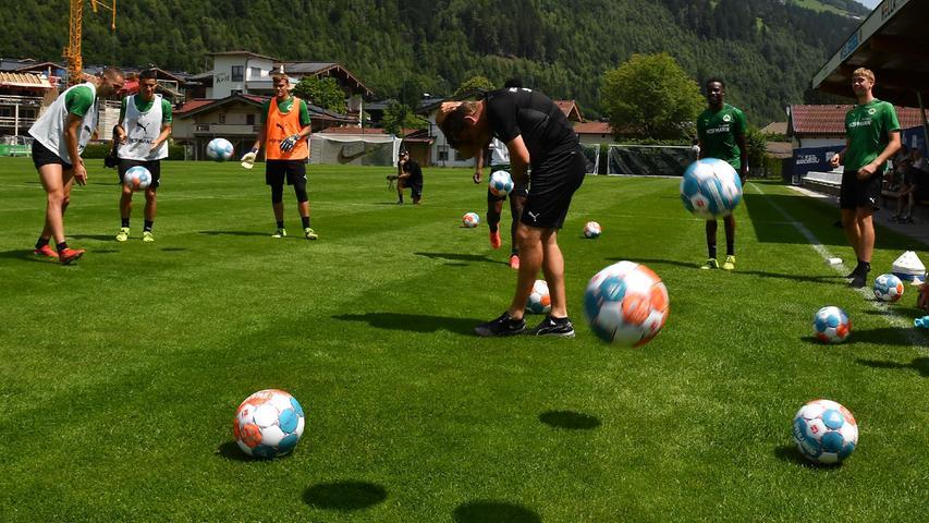"""Einmal """"Happy Birthday"""" lang gab es zur Feier des Tages """"Arschbolzen"""" wie früher auf dem Bolzplatz. Die Freude war so groß, dass auch der neue Spielanalyst Alexander Hahn noch in den Kreis durfte. Er hatte zwar nicht Geburtstag – es war schlicht das Begrüßungsritual des Teams, das den Neuzugang vom Hamburger SV herzlich aufnahm."""