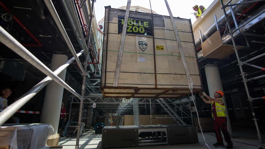 Attraktion fürs Einkaufszentrum: Das XXL-Aquarium schwebt im Fürther