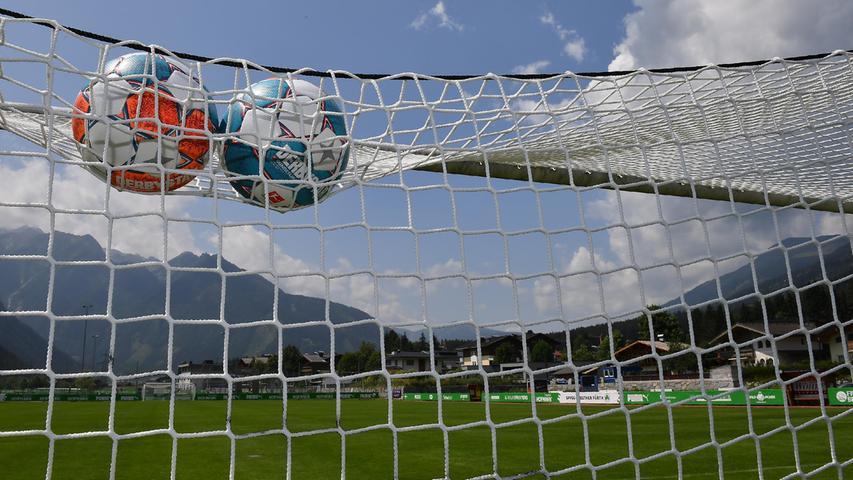 Erst schaute RB Salzburg vorbei, danach der Karlsruher SC – von dessen Besuch noch ein großes Plakat und unzählige Aufkleber in den Straßen künden. Derzeit ist das Kleeblatt zu Gast, ein riesiges Banner an der Ortseinfahrt begrüßt den Aufsteiger. Wenn die Fürther am Samstagmorgen abreisen, übernimmt der niederländische Spitzenklub Ajax Amsterdam den Sportplatz.