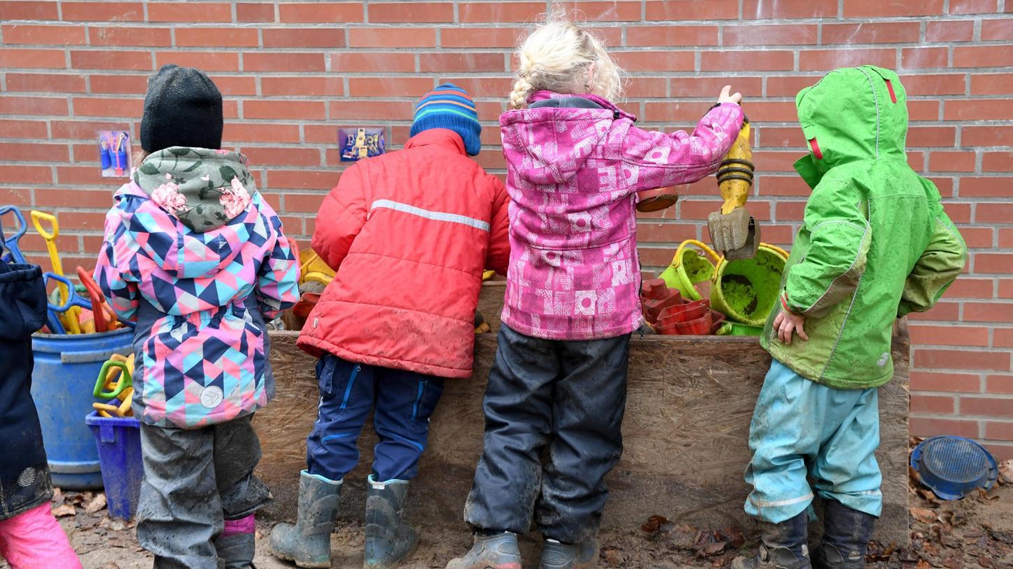 In Bayern werden613.015 Kinder in einer Krippe,einemKindergarten oder in der Tagespflege betreut.