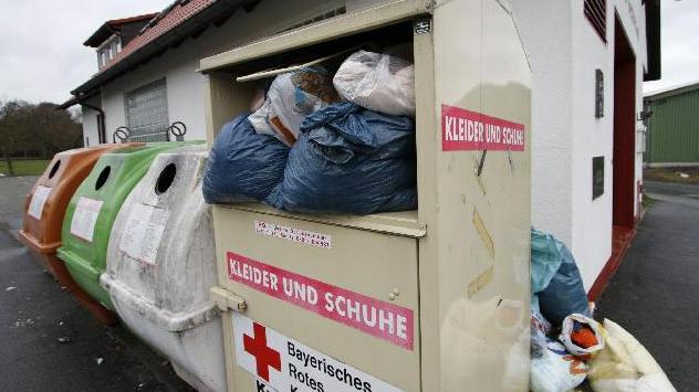 Hackfleisch und kaputte Kleidung: Müll in Höchstädter Altkleidercontainern