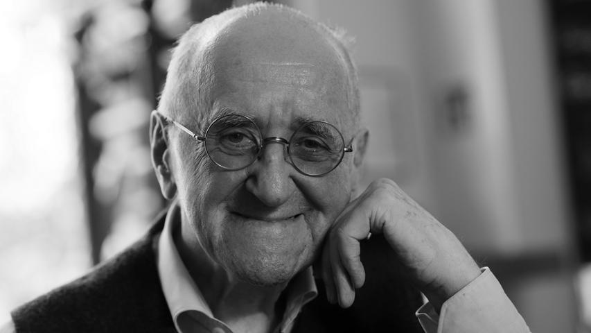 Der Entertainer Alfred Biolek ist tot. Er starb am Freitagmorgen, den 23. Juli, wie sein Adoptivsohn Scott Biolek-Ritchie der Deutschen Presse-Agentur sagte. Der frühere Fernsehmoderator und Talkmaster sei in seiner Kölner Wohnung friedlich eingeschlafen. Biolek war seit längerem gesundheitlich angeschlagen gewesen. Er wurde 87 Jahre alt.