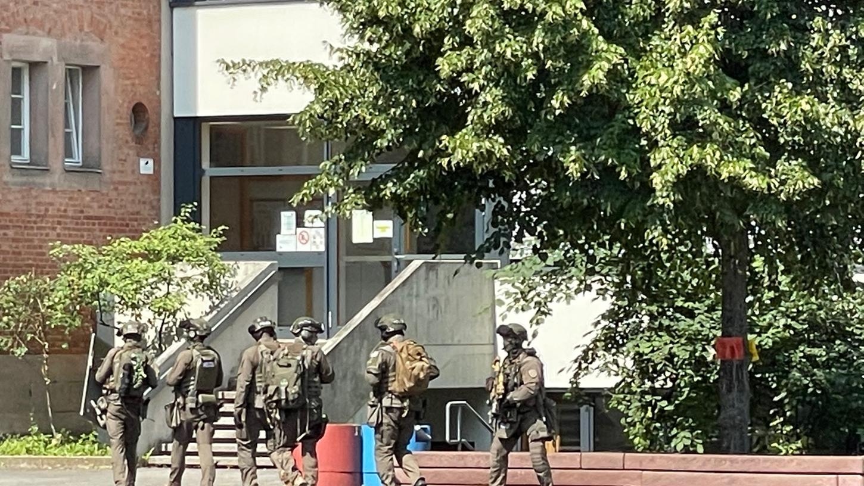 Die Polizei war am Freitagmorgenmit einem Großaufgebot bei einer Nürnberger Schule imEinsatz, nachdem eine Zeugin zwei Jugendliche mit einer mutmaßlichen Waffe gemeldet hatte.