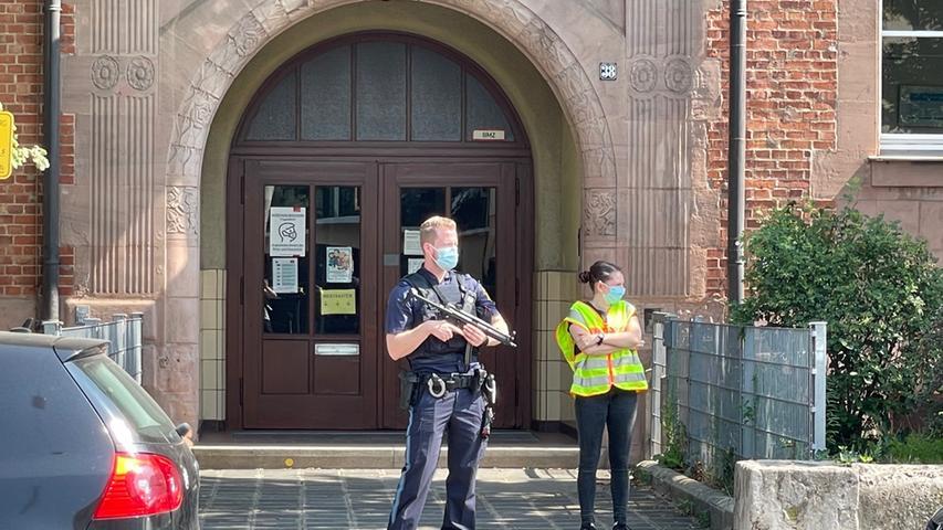 Gebäude mit Waffe betreten? Hier durchkämmt das SEK eine Nürnberger Schule