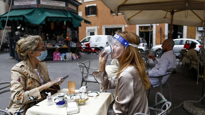 Auf einen Espresso in Rom - im Freien braucht man eigentlich weder Maske noch den Grünen Pass.