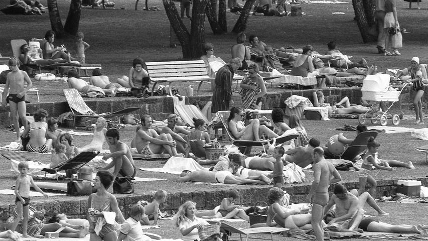 Morgen kommt der 300.000. Besucher in die Dürer-Ausstellung des Germanischen Nationalmuseums! Bis gestern abend waren es 293.000. Trotz des idealen Sommerwetters wollten am Sonntag 8.000, am Samstag 7.600 Menschen, die Werke des Malers sehen oder wenigstens erahnen. Denn in den Sälen herrschte ein Gedränge und Geschiebe, wie man es aus Museen nicht kennt.Hier geht's zum Kalenderblatt vom26. Juli 1971: Jetzt auch Segelboote am Wöhrder See