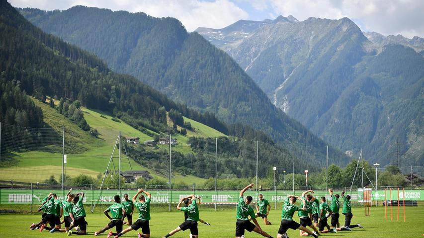 Am letzten Trainingstag in Österreich durften die Spieler des Kleeblatts auch ein bisschen die Aussicht auf die vielen Gipfel der Region genießen. Zum Aufwärmen gab es ein ausführliches Stretching.