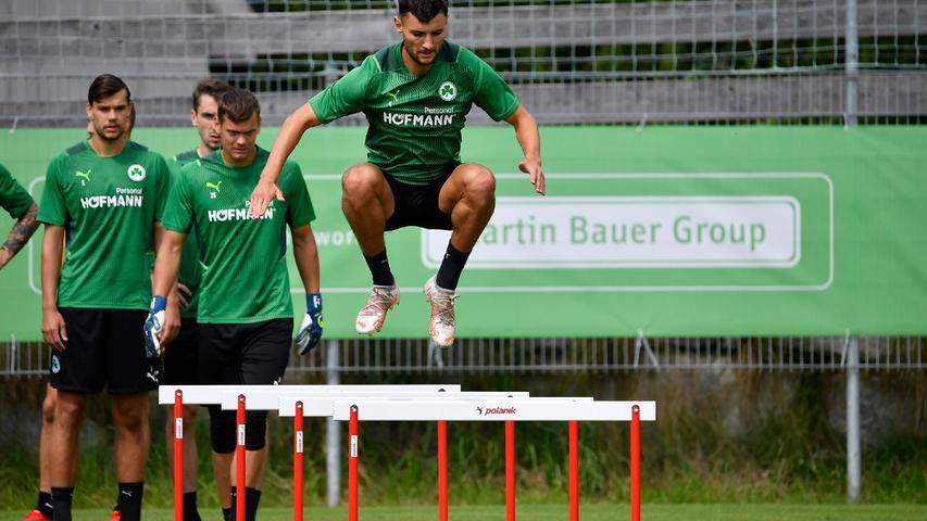 Zu Beginn des Parcours mussten die Spieler (hier Maximilian Bauer)über Hürden springen,...