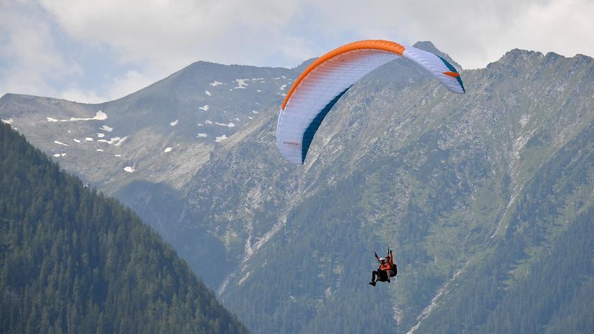 Das gute Wetter machte es vielen Paraglidern möglich, das Training (und vielleicht auch die schöne Landschaft) aus luftiger Höhe zu beobachten.
