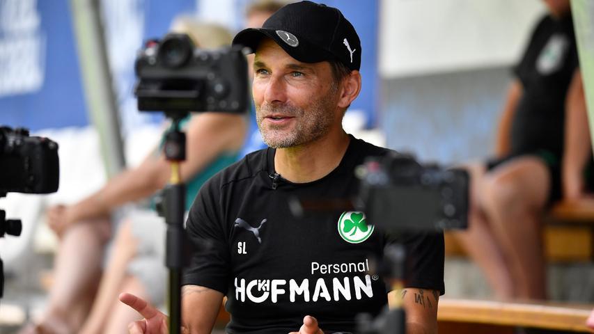 Nach der Vormittagseinheit ging es für den Trainer weiter zum Fernsehinterview für die DFL, während seine Offensivspieler noch ein paar Minuten Torabschlüsse übten.