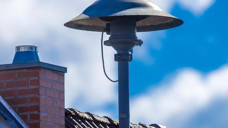 Es gibt sie zwar noch, die guten, alten Sirenen auf den Dächern, aber es sind nur Feuersirenen, keine für den Katastrophenfall oder Zivilschutz geeignete Alarmierungsgeräte. Diese wurden nach Ende des Kalten Krieges in den 1970er Jahren abgebaut.