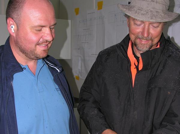 Frank Metz (links), Geschäftsführer des Dittenheimer Agrar-Centers Metz, und Grabungsleiter Dr. Leif Steguweit betrachten einige Fundstücke.