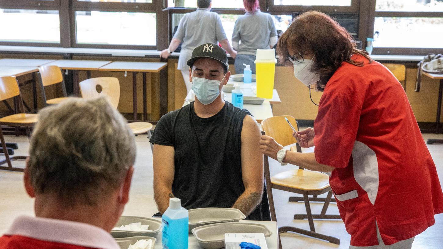 In anderen Bundesländern wie hier in Hessen wird schon seit einigen Monaten an Schulen gegen eine Corona-Infektion geimpft. Mit Beginn des neuen Schuljahres sind auch an Schulen in Schwabach und im Landkreis Roth Impfteams unterwegs. Immer wieder werden diese aber kritisch begleitet von Impfskeptikern.