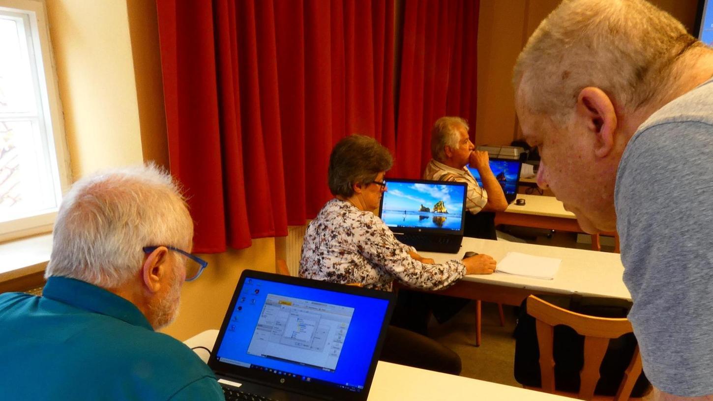 Thomas Latteier (re.) lässt jeden Teilnehmer des Kurses im eigenen Tempo üben, bis er die Abläufe am PC verinnerlicht hat.